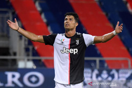 Cristiano Ronaldo diminta mengenakan masker saat Portugal menang 4-1