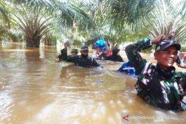 TNI dan Basarnas selamatkan tujuh warga terjebak banjir
