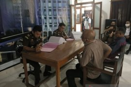 Ditreskrimsus Polda Maluku limpahkan berkas perkara mantan Sekda Buru ke Kejati