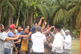 Ratusan massa pendukung Paslon Bupati dihalau PAM Pengamanan Pilkada Tapsel