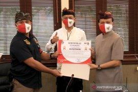 Sekda Bali serahkan sertifikat penghargaan ke relawan COVID-19