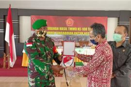 Dansatgas TMMD serahkan penghargaan untuk Pemkab Bengkayang