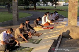 Presiden Jokowi shalat Idul Adha di halaman Wisma Bayurini