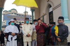 Sultan Deli Shalat Id  bersama ribuan warga di Masjid Raya Medan