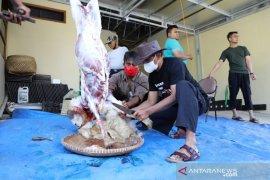 Di Garut, panitia bagikan daging kurban ke rumah warga cegah kerumunan