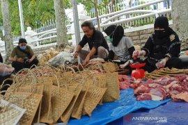 Daging sapi bantuan Presiden Jokowi di Medan dibagikan pakai besek