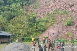 Hindari longsor susulan, warga Aroanop Tembagapura mengungsi ke gunung