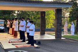 Presiden Jokowi tunaikan Shalat Idul Adha di halaman depan Wisma Bayurini