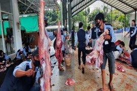 Pekurban bagikan sendiri daging ke masyarakat