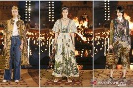 """Nuansa """"batik"""" di koleksi Dior dan Louis Vuitton"""