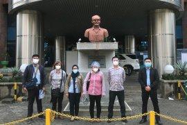 """Tiga warga China ikuti """"swab test"""" sebelum dideportasi"""