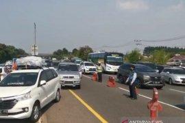 """Petugas lakukan """"contraflow"""" atasi kepadatan di Tol Jakarta-Cikampek"""