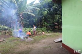 Asni bersama ibu-ibu Desa Beringin Rayo bersihkan Mushola At Taqwa