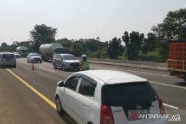 Rekayasa satu arah di tol Jakarta-Cikampek diperpanjang karena lalu lintas padat