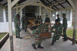 Cegah COVID-19, prajurit TNI bersihkan RSUZA