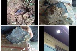 Benda angkasa berupa batu hitam jatuh di samping rumah Josua di Tapteng