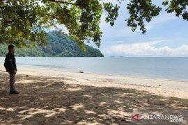 Pengunjung obyek wisata Pantai Pulau Datok Kayong Utara alami penurunan