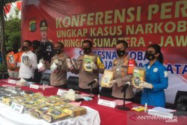 Polisi tangkap kurir narkoba sembunyikan 160 kg ganja ke dalam buku