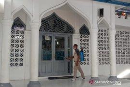 Cegah COVID-19, BPBD Banda Aceh kembali semprot disinfektan di menasah