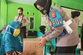 Jajaran Polres Pandeglang bagikan sembako sambut HUT Polwan
