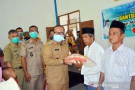 Wakil Bupati Kubu Raya serahkan 1.435 paket sembako untuk warga terdampak COVID-19