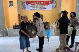 Polwan Polda Maluku santuni anak yatim dan orang tua jompo