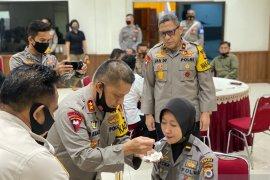 Kapolda Maluku suapi sejumlah perwira lulusan Akpol 2020