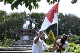 Pemasangan bendera jelang 17 Agustus di Denpasar