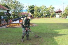 Personel Kodim 1203/Ktp melaksanakan pembersihan pangkalan usai TMMD
