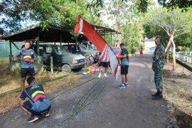 Prajurit Kodim 1203/Ktp pelopori pemasangan bendera dan umbul-umbul