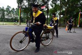 Unik, lulusan Unilak ikuti acara wisuda drive thru gowes sepeda ontel