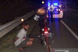 Diduga mabuk, pemotor nekat masuk Tol JORR Bekasi