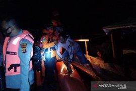 Di Wakatobi, tim SAR evakuasi 10 penumpang kapal nelayan yang terbakar
