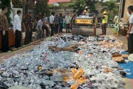 Kejari Palembang musnahkan puluhan ribu gawai ilegal