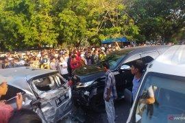 Pajero seruduk sejumlah mobil di Padang , seorang juru parkir terluka