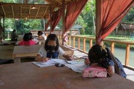 Selama COVID-19, belasan pelajar Gianyar-Bali akses wifi gratis di rumah makan (video)