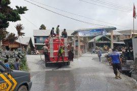 Pemkab Karo bersihkan abu vulkanik Gunung Sinabung di sejumlah lokasi