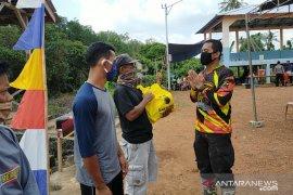 Polres Bangka Barat salurkan bantuan sembako kepada nelayan Pusuk