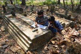 Siswa belajar di kuburan karena sulit sinyal