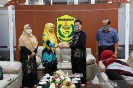 """Wali Kota  bagikan 30.000 masker """"Sasirangan"""" produksi WUB"""