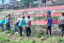 TNI-Polri di Tolikara kerja bakti bersihkan lapangan 'Merah Putih'