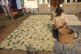 Musim kawinan, permintaan kerupuk emping Pandeglang meningkat