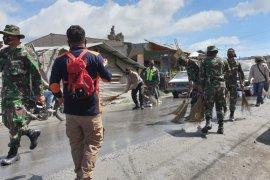 BPBD Karo lanjutkan pembersihan debu vulkanik erupsi Sinabung
