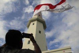 Sambut HUT RI bendera Merah Putih raksasa berkibar di pucuk menara suar Kupang