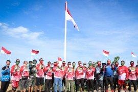 Kodim Aceh Timur dan Komunitas L-Bike kibarkan bendera merah putih di titik tertinggi di Langsa