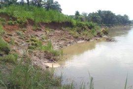 Warga Desa Stungkit Wampu berharap tebing runtuh diperbaiki