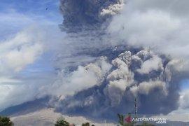 Gunung Sinabung kembali erupsi, tinggi kolom abu 5.000 meter dari puncak
