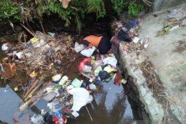 Warga Kelurahan Sukaratu dihebohkan penemuan sesosok mayat di sungai