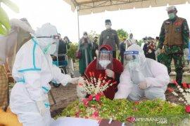 Istri dan dua anak Wali Kota (alm) Nadjmi Adhani berduka