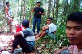 Dua hari hilang, dua pencari kayu ditemukan lemah di hutan Aceh Barat